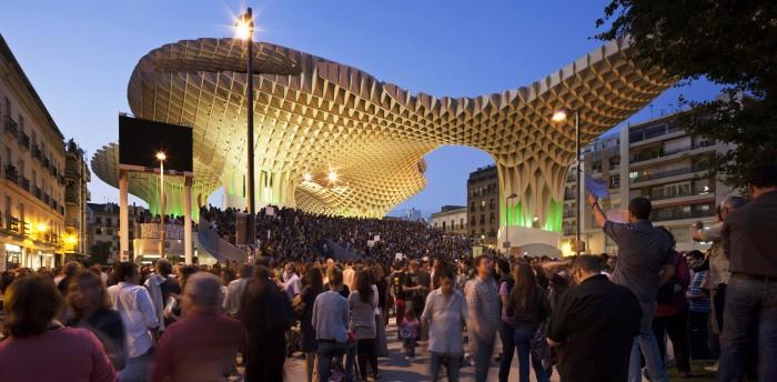 Protestas en Plaza de Encarnación Sevilla Metropol Parasol espacios publico indignados riots public square in Seville